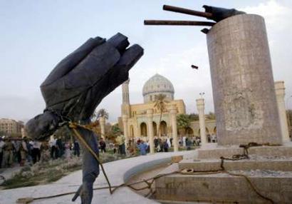 萨达姆雕像被拉倒。