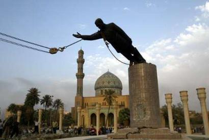 萨达姆雕像被拉倒的瞬间。