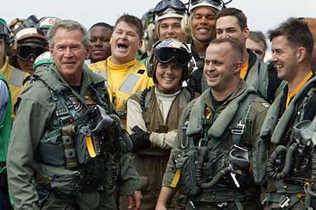 """林肯/图为5月1日,总统布什来到美国""""林肯""""号航空母舰慰问兵士。"""
