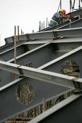 图文:北工大体育馆 工人焊接体育馆主场馆顶部