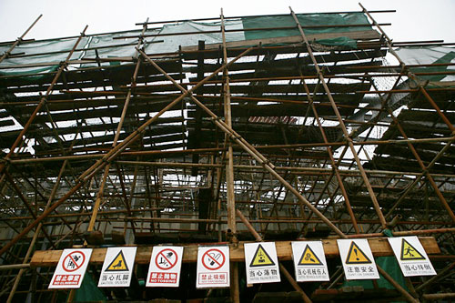 图文:北工大体育馆 主场馆工地入口安全标志