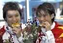 图文:游泳世锦赛贾童陈若琳夺冠 大嚼金牌
