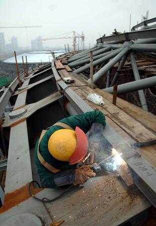 图文:北工大体育馆建设进展顺利 工人正在施工