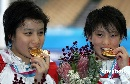 图文:游泳世锦赛贾童陈若琳夺冠 赛后庆祝