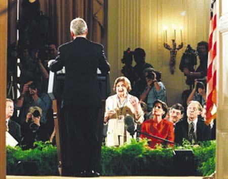 """布什在记者会上与""""第一夫人""""过招。"""