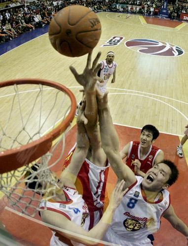 广东队球员朱芳雨上篮。