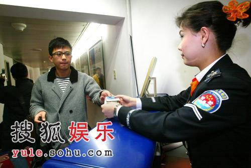 邓超短发独自出现在机场