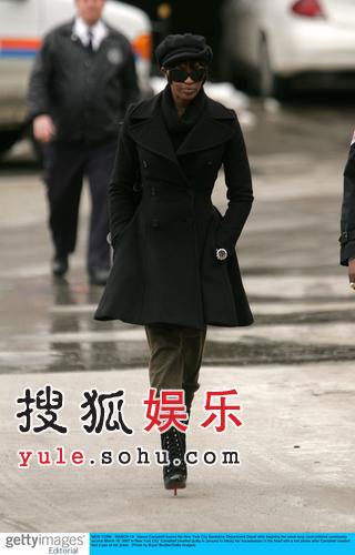 超模坎贝尔一身黑衣出现