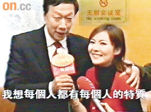 郭台铭被指扫刘明轩胳膊的短片在网上广泛流传。 电视图片