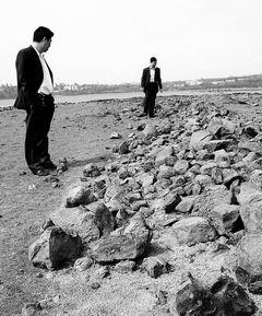 图为裸露的湖脊上留有大片岩石
