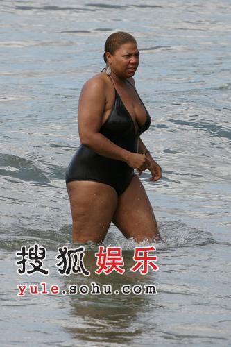 女星奎恩玩水