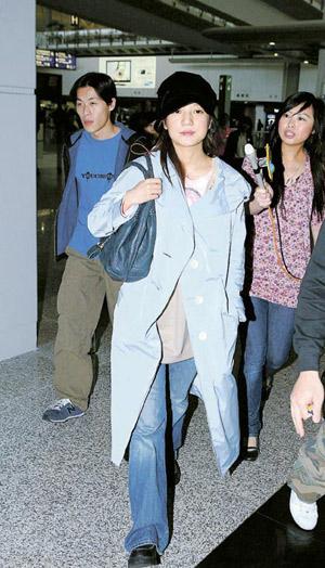 """赵薇赴港出席""""香港国际电影节""""活动,她将为今晚的""""亚洲电影大奖""""任颁奖嘉宾"""