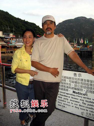 周润发、陈荟莲夫妇的亲密合影,两人婚后一直十分恩爱。
