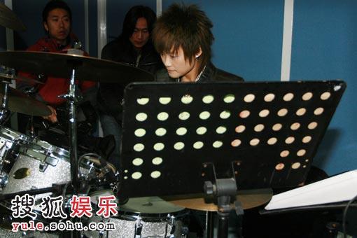 难道演唱会上,李宇春还要打鼓?