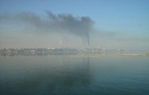 尼罗河岸边工业企业耸立,高大的烟囱正冒着滚滚黑烟。资料图