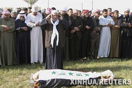 3月20日,在伊拉克巴格达北部175公里的提克里特,人们在运送拉马丹的遗体。