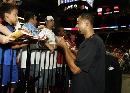 图文:[NBA]火箭VS步行者 霍华德给球迷签名