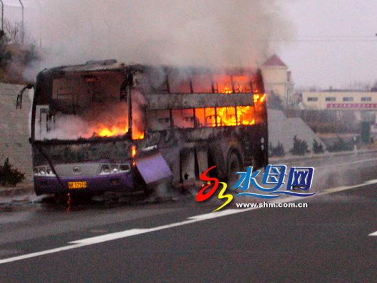 安徽大客车同三路着火 50余名乘客安全无恙