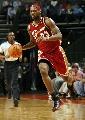 图文:[NBA]山猫胜骑士 詹姆斯带球进攻