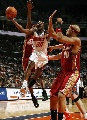 图文:[NBA]山猫胜骑士 法尔顿突破上篮