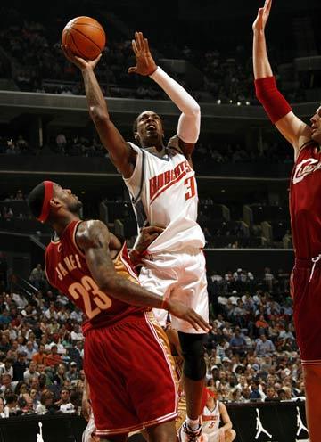 图文:[NBA]山猫胜骑士 华莱士强行上篮