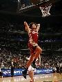 图文:[NBA]山猫胜骑士 瓦莱荞飞身扣篮
