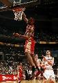 图文:[NBA]山猫胜骑士 詹姆斯单手扣篮