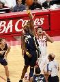 图文:[NBA]火箭VS步行者 小奥尼尔成功抢球
