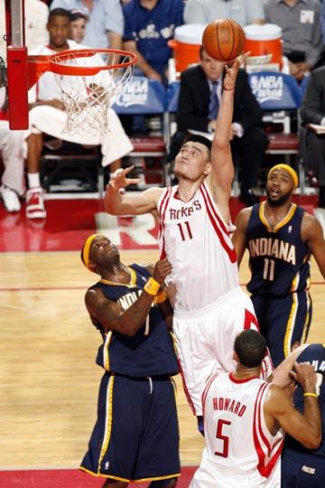 图文:[NBA]火箭VS步行者 姚明内线勾手
