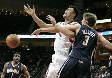 图文:[NBA]火箭胜步行者 墨菲阻击姚明