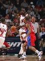 图文:[NBA]快船胜公牛 大本挡拆传球