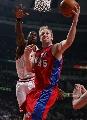 图文:[NBA]快船胜公牛 卡曼篮下进攻