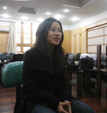 图片说明:陆洋在向记者讲述自己被骗的经历。千灵坡 摄