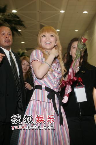 组图:粉丝6保安大混战 滨崎步带120箱行李抵台