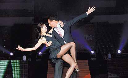 郭董(右)和林志玲在鸿海尾牙宴上大跳探戈。