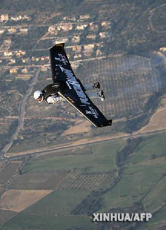 """这张3月12日拍摄的照片展示了瑞士人伊夫·罗西在西班牙用装有小型喷气发动机""""翅膀""""进行试飞的情形。"""