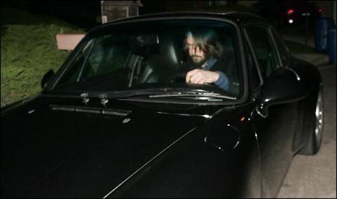 基努·里维斯开车撞向记者的那一刻被清楚捕捉到。