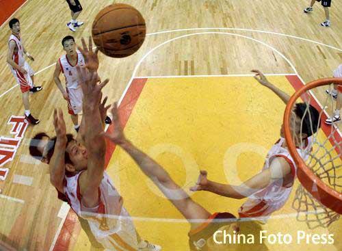 图文:[CBA]总决赛第三场 篮下争夺篮板