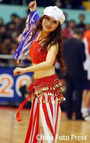 图文:[CBA]魅力篮球场 篮球宝贝舞动腰肢