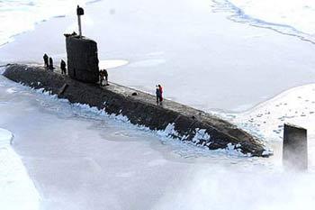 """英国国防部3月21日发布的照片显示,英国皇家海军""""不懈""""号核动力潜艇被冰层所包围。来源:新华网"""