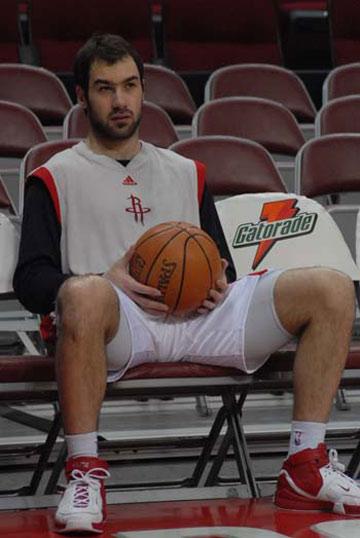 图文:[NBA]火箭VS活塞赛前 斯潘诺里斯一脸严肃