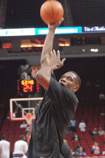 图文:[NBA]火箭VS活塞赛前 穆大叔练习勾手