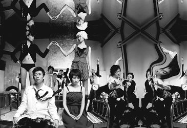 """继《琥珀》后,孟京辉邀请夏雨(前排左一)和高圆圆(前排左二)制作又一台""""明星话剧""""《艳遇》。"""