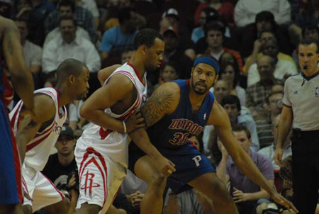 图文:[NBA]火箭VS活塞 拉希德单打海耶斯