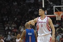 图文:[NBA]火箭VS活塞 姚明郁闷犯规