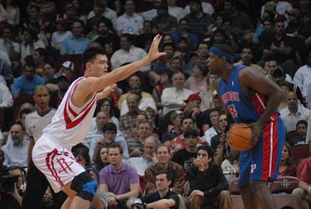 图文:[NBA]火箭VS活塞 韦伯单打姚明