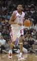 图文:[NBA]火箭VS活塞 麦迪带球进攻