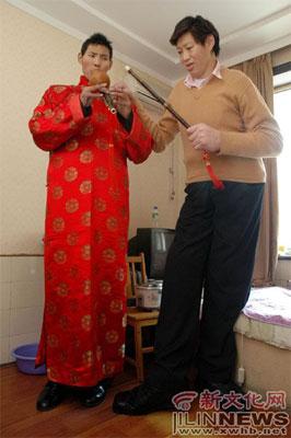 王丰军(右)在指导赵亮学习演奏葫芦丝   本报记者 牛研 摄