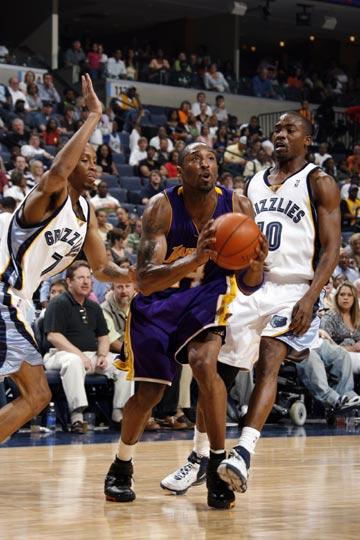 图文:[NBA]湖人胜灰熊 科比破茧而出