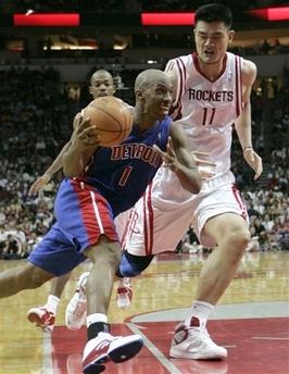 图文:[NBA]火箭胜活塞 比卢普斯突破姚明